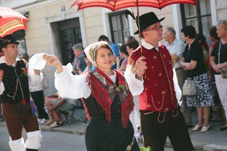 Povorka Dnevi narodnih noš in oblačilne dediščine